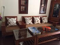 Làm đệm ghế gỗ màu nâu gối hoạ tiết