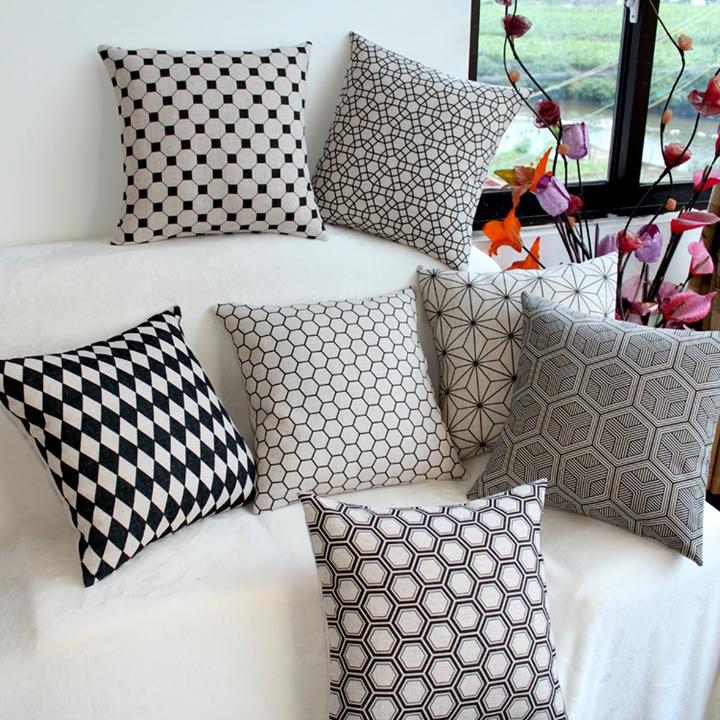 Chọn gối ôm trang trí phù hợp với vỏ bọc ghế sofa