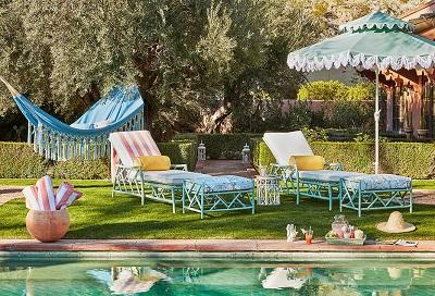 Làm sân vườn của bạn sáng bừng với những kiểu sofa ngoài trời này