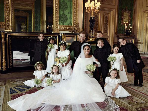 Sốc sự thật đằng sau chiếc ghế sofa xanh trong ảnh cưới  Hoàng tử Harry và Công nương Meghan Markle